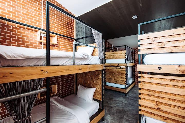 Female Dormroom, Ensuite, 2mins to Bangtao Beach!