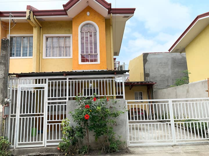 Entire house  w/Pldt WIFI 2rms w/AIRCON @livingrm