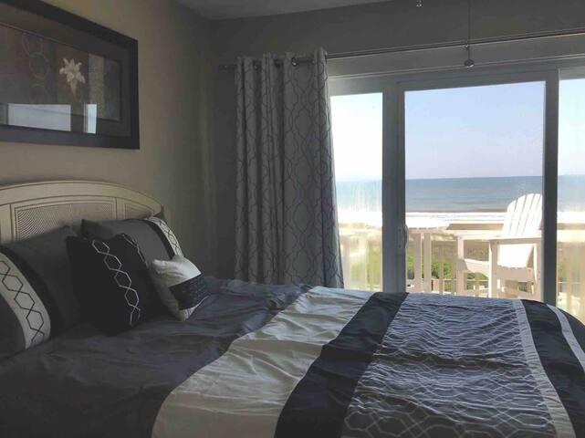 Ocean front Master bedroom  Queen Bed Smart TV DVD player  USB charger clocks
