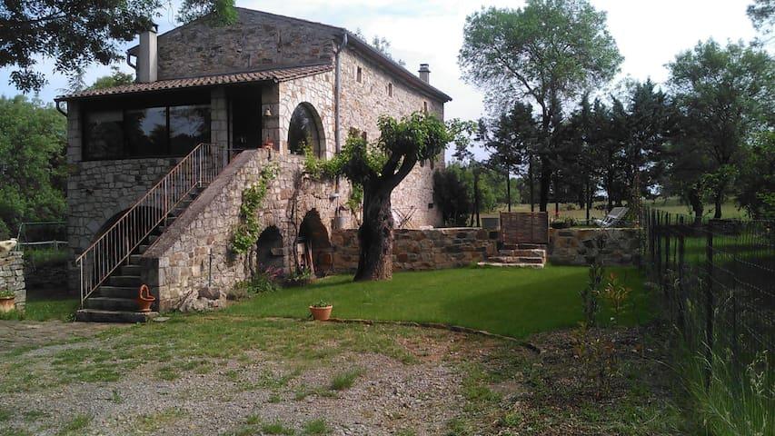 Chambre mansardée dans vieille maison en pierre