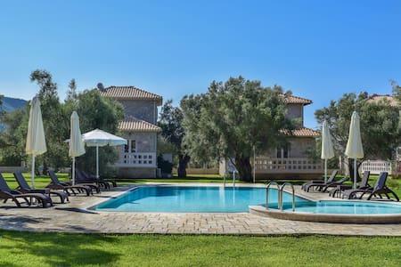 Villa *Orizontas*/5' from town & sea/Mountain View