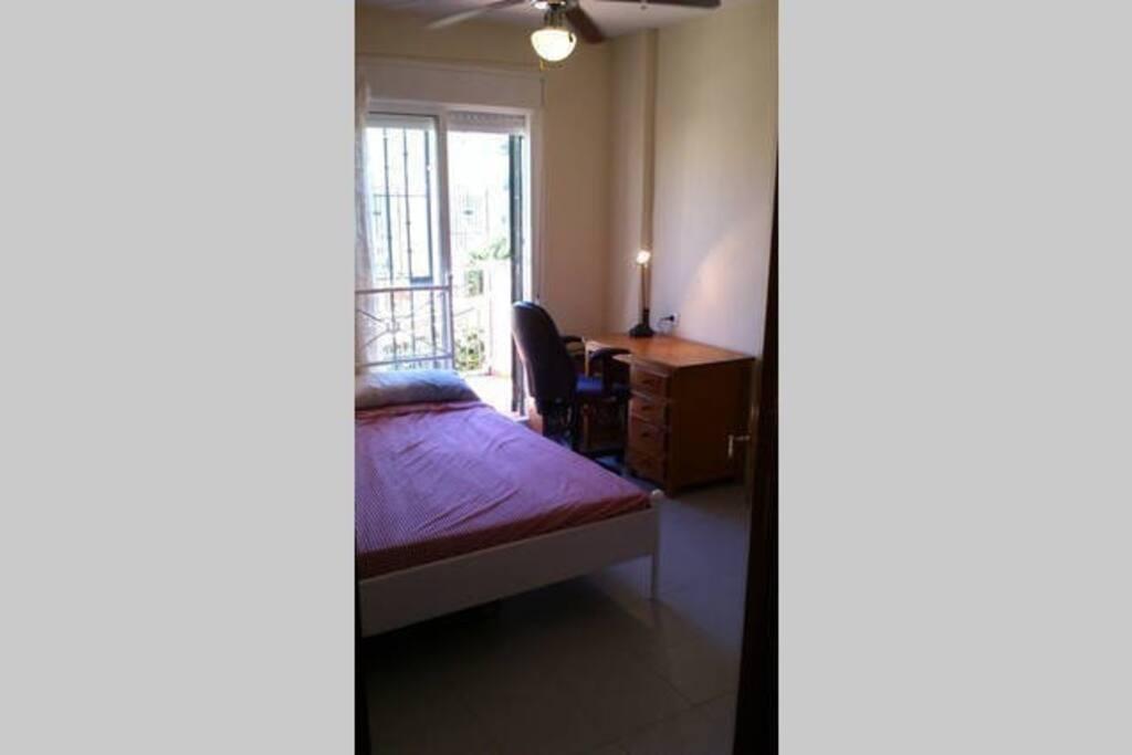 Cama doble con colchón comodísimo y brisa marina en el dormitorio principal