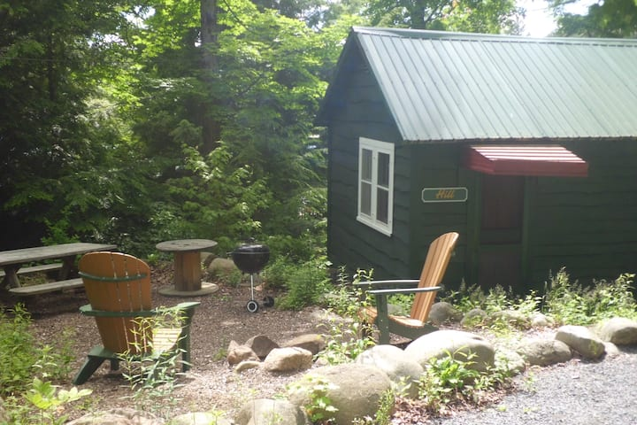 Hill: 1 bedroom Cottage with campfire area .