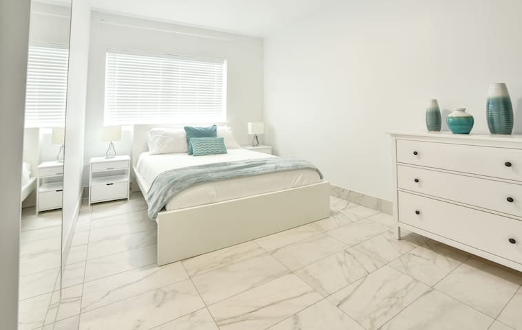 Amazing Brand New One Bedroom Fully Renovated - Sleeps (4) - S