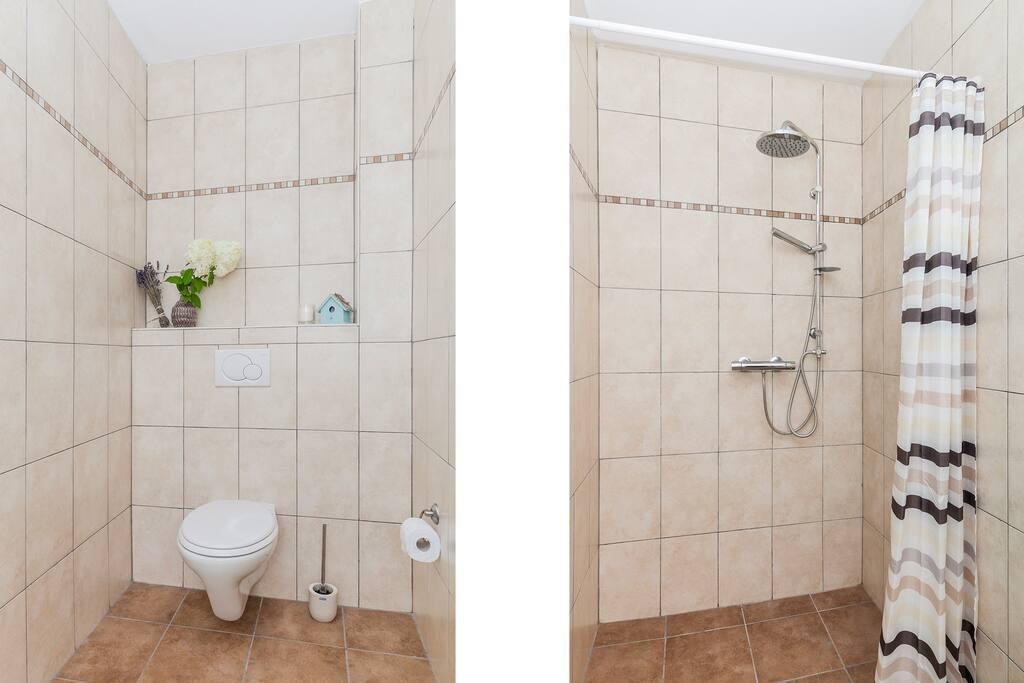 ruime douche en toilet