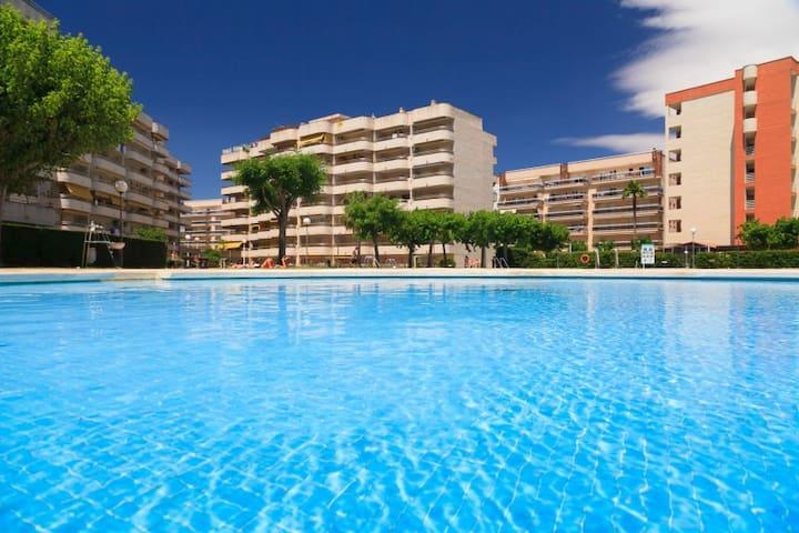 Zona privada de jardines y piscinas / Swimming pools and private gardens.