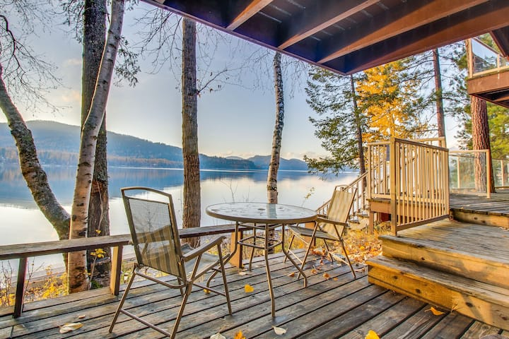 Lakefront condo w/ great views, shared pool/hot tub, beach access - near skiing!