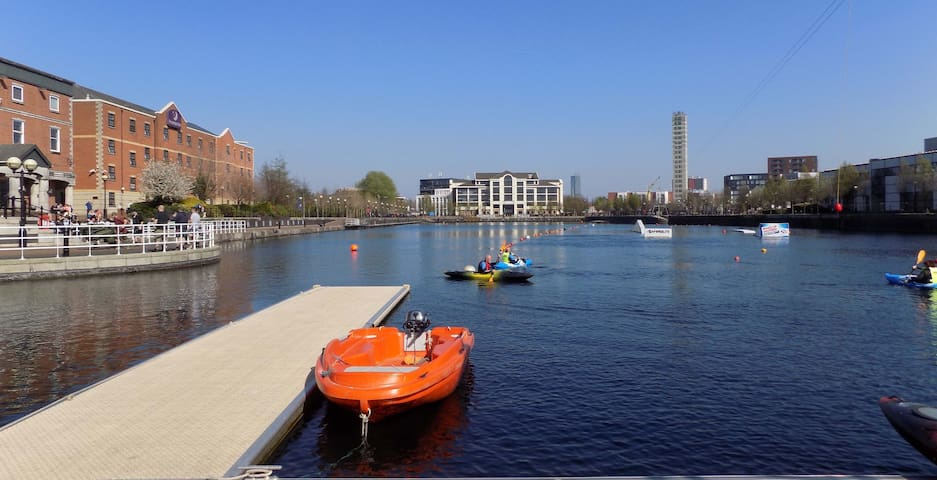 Iconic Art Deco Dockside Duplex Apartment Sleeps 6 - Salford - Apartment