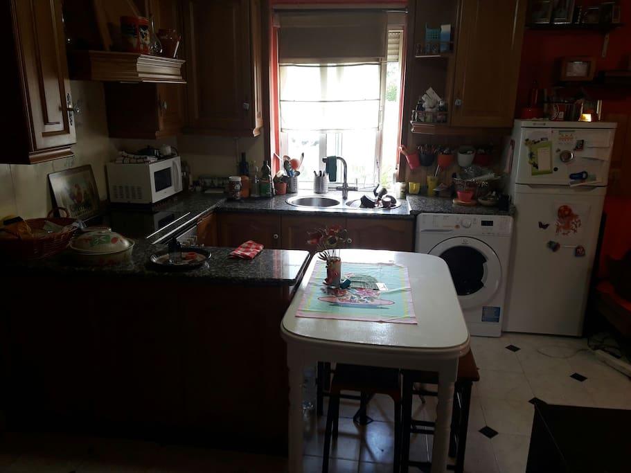 Cocina con vitro inducción, horno, microondas, lavadora/decadora y nevera con congelador