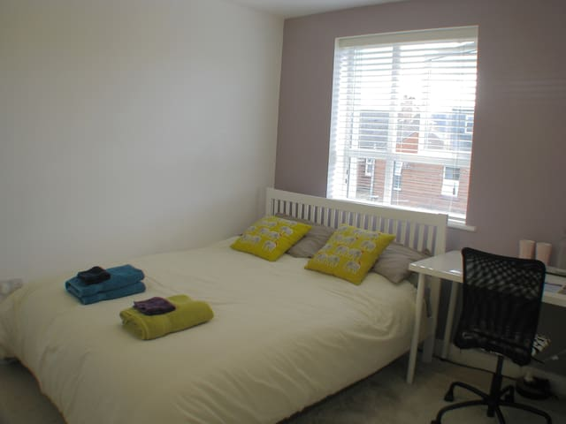 Modern room with king-size bed - Exeter