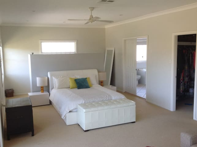 Spacious Pittwater house with pool - Bayview