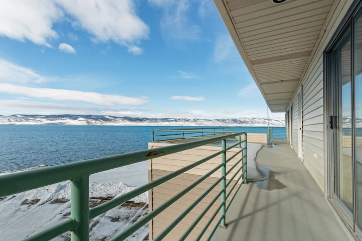 Waterfront home w/full kitchen & a large deck with beautiful Bear Lake Views!