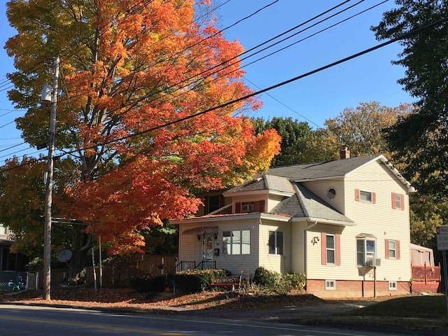 1Y-Auburn, ME-Cozy & near Bates colonial home-Rm 1