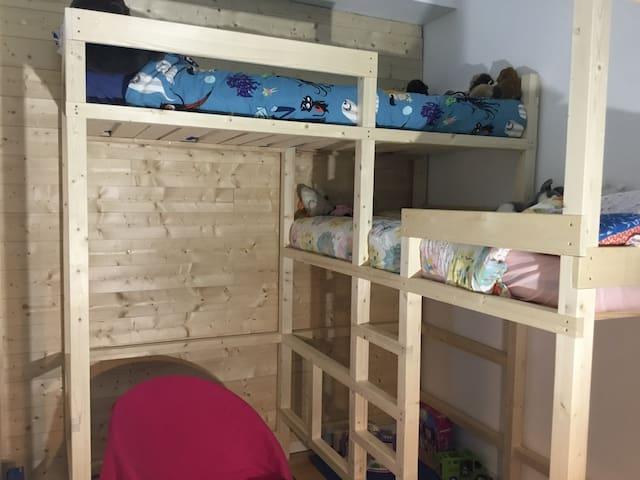 Chambre 2 - lits superposés (enfants ou adultes) - sur cour au calme