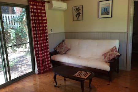 2 bedroom cottage in lush garden - Barkers Creek - Бунгало