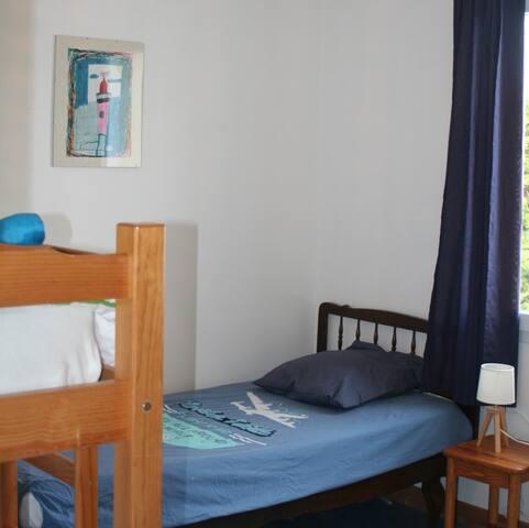chambre avec 3 lits individuels