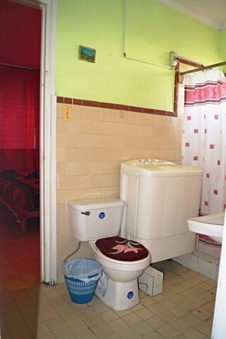 el Baño intercalado para las Dos Habitaciones