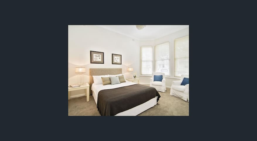 Huge room in great location - Crows Nest