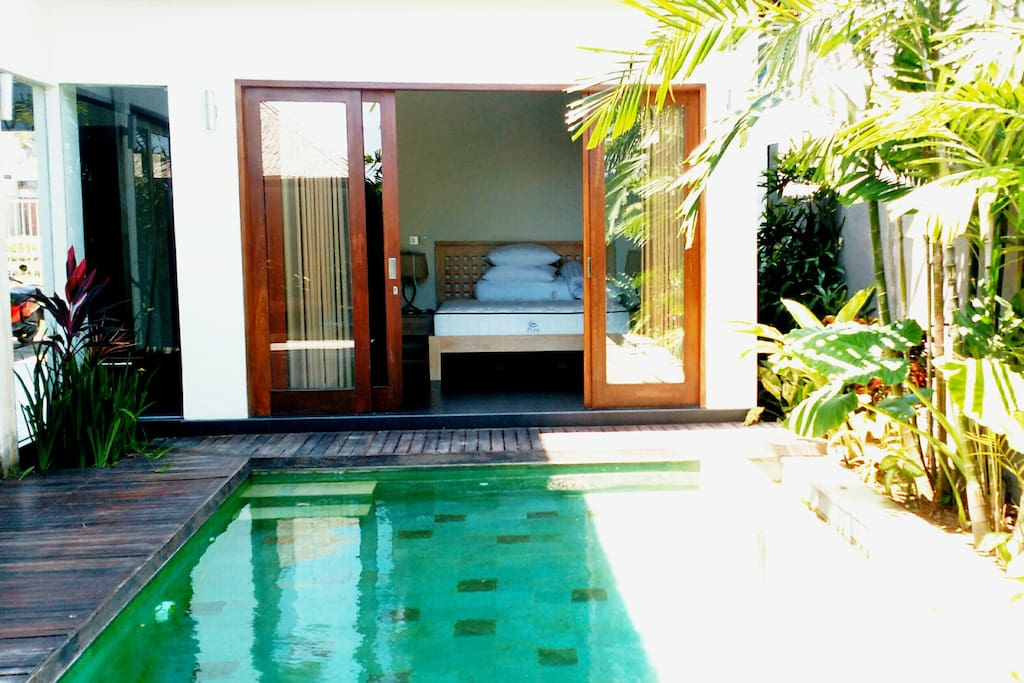 Bedroom n°1: open the door and dive into the swimming pool!
