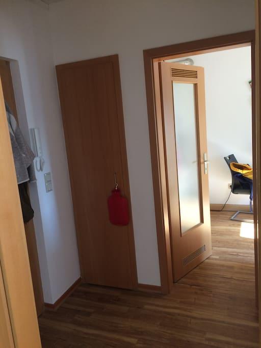 Der Flur als zentraler Mittelpunkt The floor is in the middle of the flat.