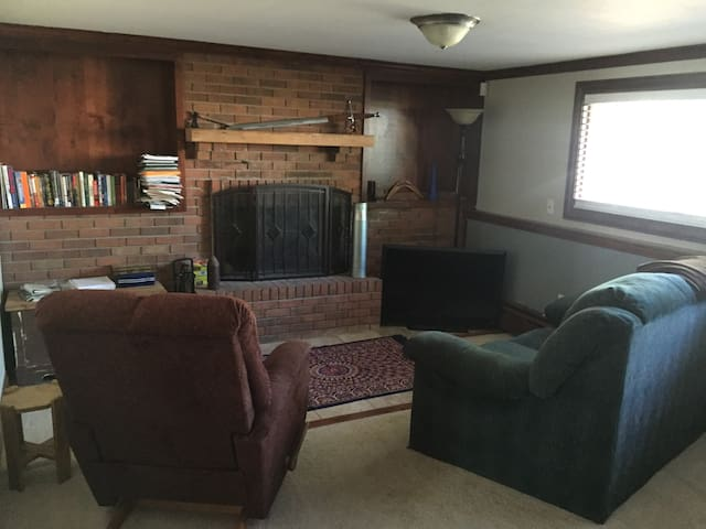 Bedroom and living space 10 mins from mountains