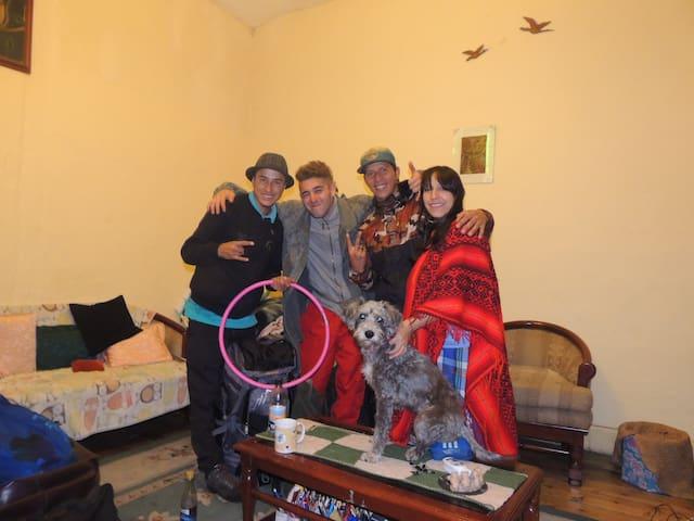 Magos, malabaristas y truqueros con canino y todo desde Peru hasta Argentina..