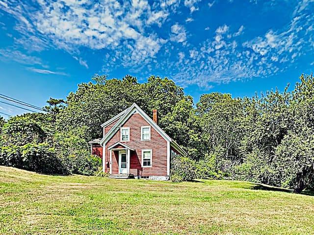 """New Listing! """"Greenleaf Cottage"""" Woodsy Getaway"""