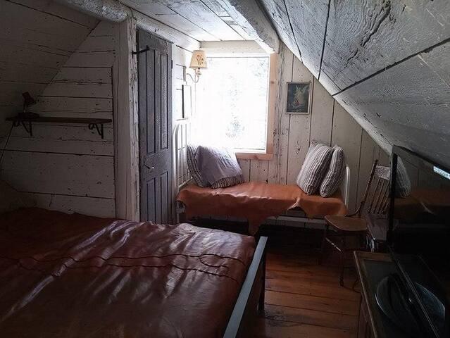 un lit queen et un petit lit simple**a queen-sized bed and a small single