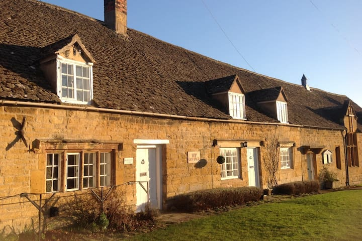 Charming stone cottage  in Cotswold Village