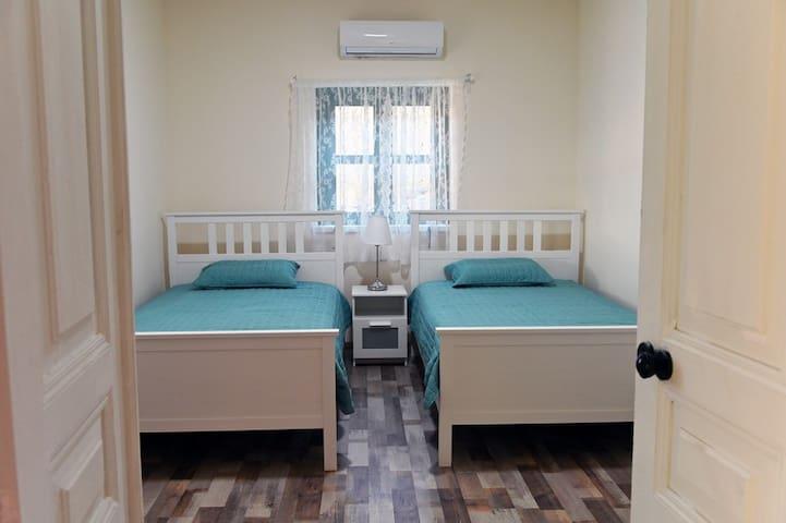 Υπνοδωμάτιο 2: Διαθέτει 2 μονά κρεβάτια, κομοδίνο, ντουλάπα, a/c.Η θέα από το υπνοδωμάτιο είναι εκπληκτική!