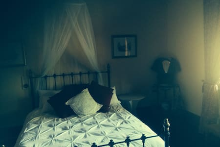 Queen Victoria Room at The Old Vic - East Maitland - Bed & Breakfast