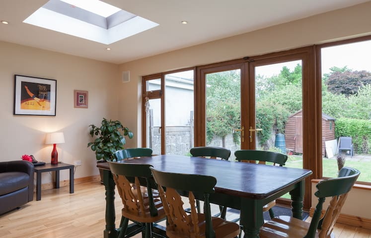 Ensuite twin bedroom in family home - Sandymount - House