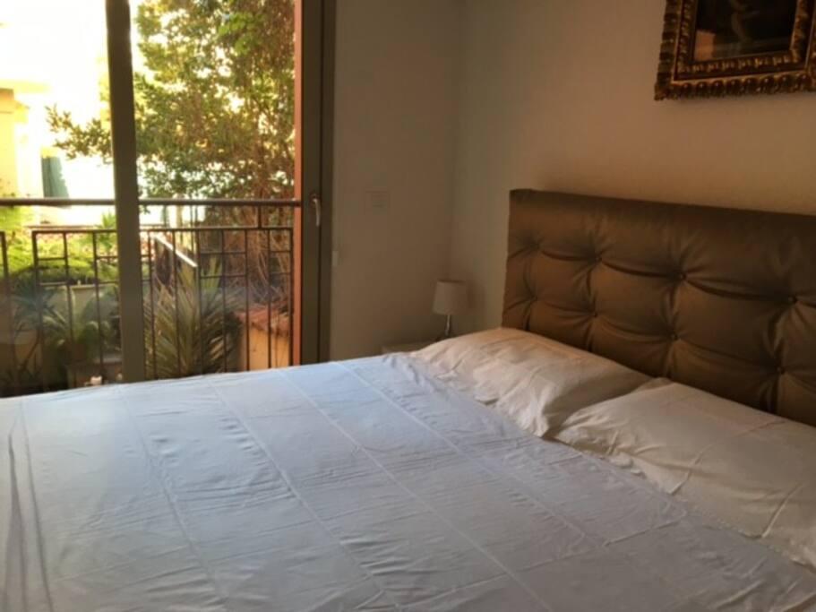 Camera da letto al piano superiore con vista sulla terrazza