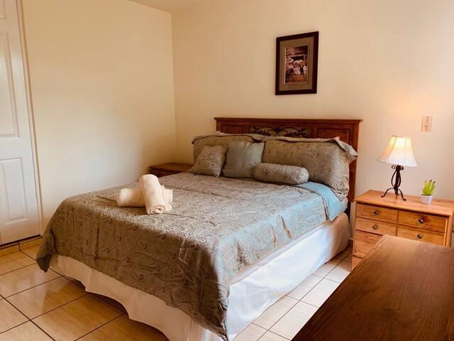 Queen bed, air conditioning, and private bathroom in master bedroom/Cama Queen, Aire Acondicionado y baño privado, en dormitorio principal.