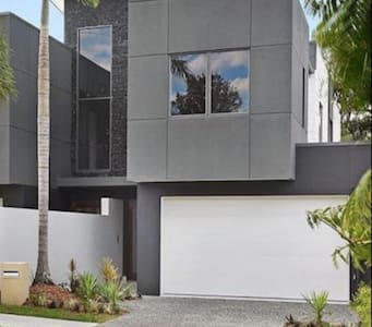 Luxe New Home near Surfers Paradise - バンダール