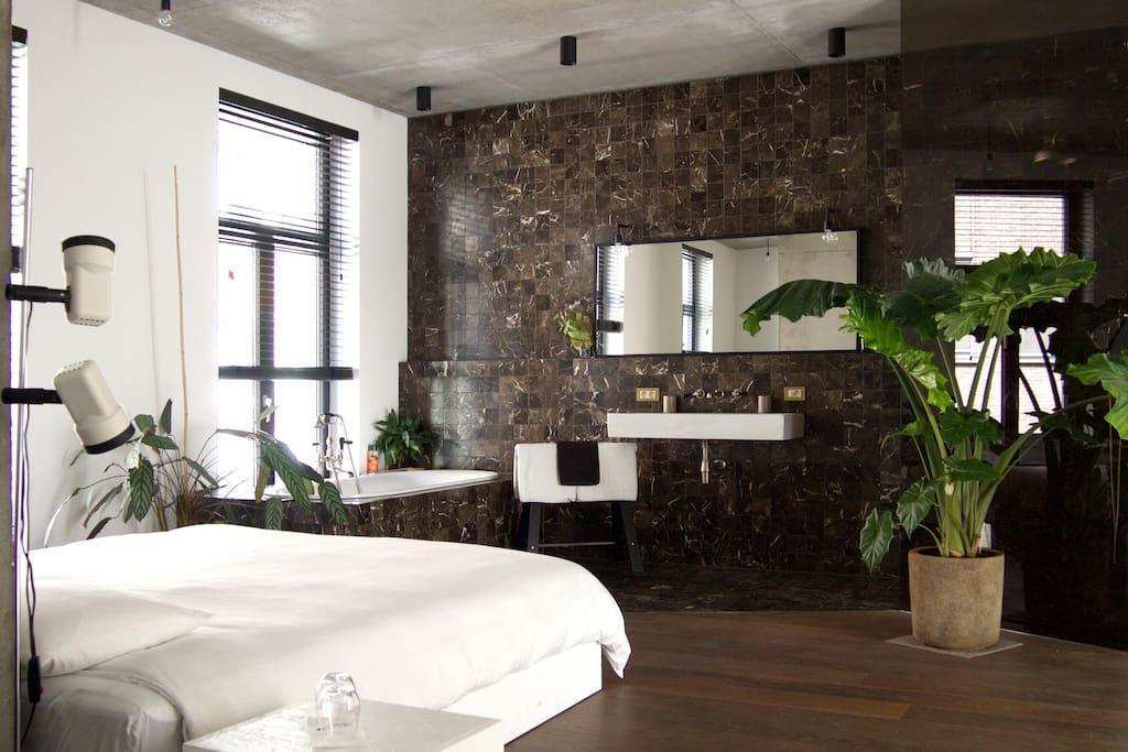 R1 / big private shower / bathroom / toilet