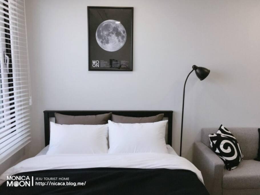 매번 깨끗하게 세탁한 호텔식 침구와 메모리폼 메트리스로 편안한 잠자리를 제공합니다.