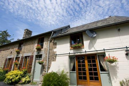 Cosy French cottage - Saint-Martin-de-Landelles - Huis