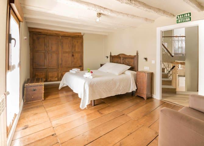 Gran habitación luminosa con baño privado