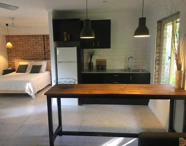 NEW MODERN STUDIO  15mins to Noosa / walk to beach - Marcus Beach