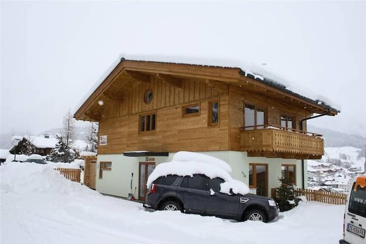 Stunning Holiday Home with Balcony, Ski Storage, Parking