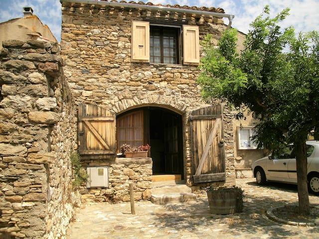 Petite maison en pierre à Minerve.