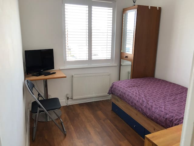 Cosy single room by Heathrow