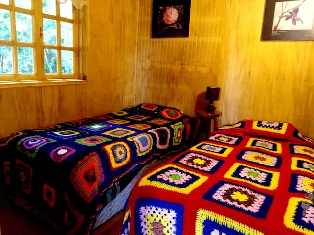 Dormitorio con dos cama de 1 plaza, cubrecama de lana tejido a mano, crochet