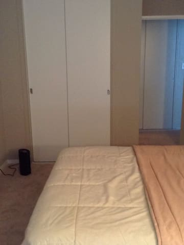 This is a neat confortably furnished 2 bedroom