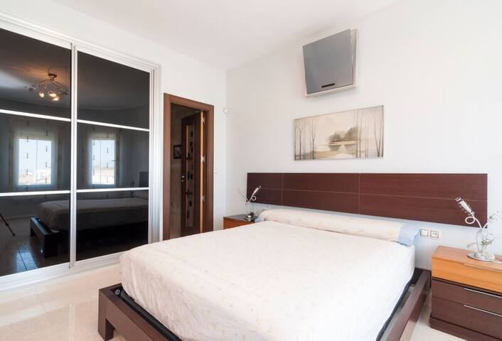 Luxury Bedroom & Private Bathroom - Almayate Alto - Bed & Breakfast