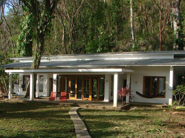 Casa completa en la histórica Bahía de Portobelo - PA - Huis