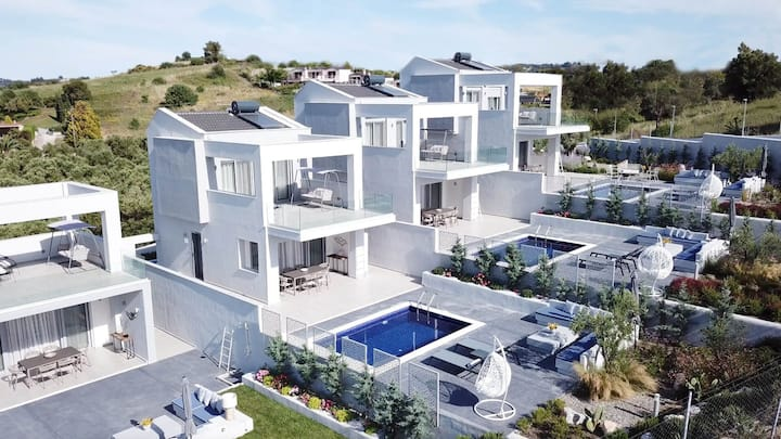R 1031 Glorious 3 Bedrooms Villa with Private Pool, Sea View.