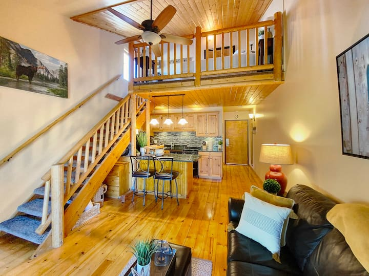 Xmas Available, Newly Listed Studio with Wifi, Hot Tub, and Laundry in Unit!