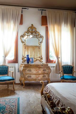 Venetian-style bedroom (3 persons + baby)
